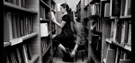 он и она в библиотеке, люди в библиотеке, черно-белое фото