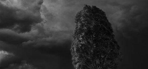 человек и гроза, черно-белое фото