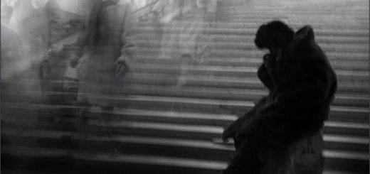 поэт и толпа, бомж и призраки, отчаяние, черно-белое фото