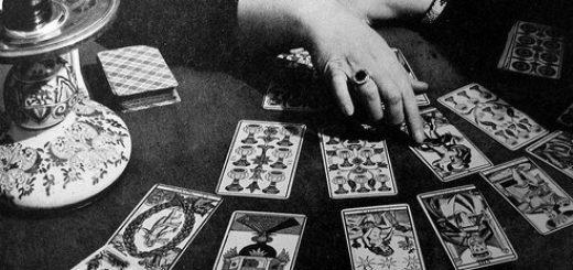 судьба, карты таро, гадалка, предсказательница, черно-белое фото