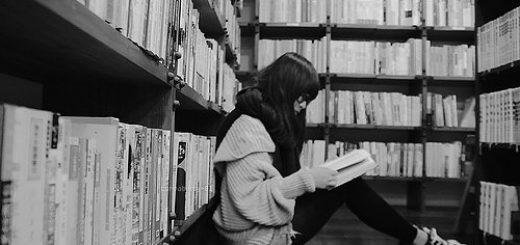 библиотека, девушка и книги, черно-белое фото
