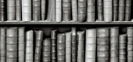 книжная полка, книги, черно-белое фото