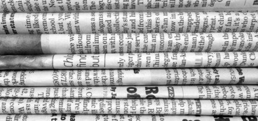 газета, стопка газет, черно-белое фото