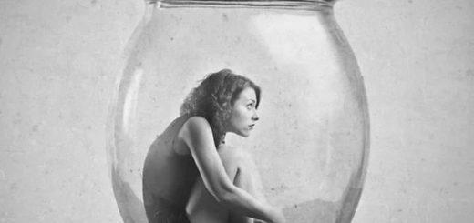 женщина в банке, неуверенность в себе, стеснительность, черно-белое фото
