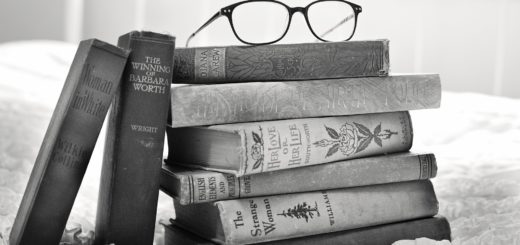 стопка книг, очки, книги на полу, черно-белое фото