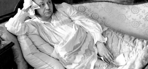 Обломов на диване в халате, черно-белое фото