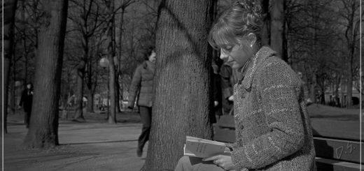 девушка читает стихи, черно-белое фото