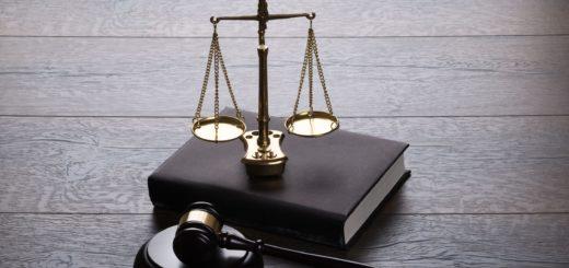 молоток судьи, весы, справедливость, суд, черно-белое фото