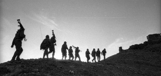 караван солдат, черно-белое фото