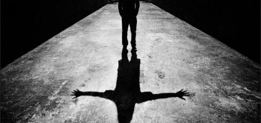 радостный человек, черно-белое фото