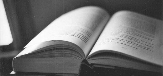Книга, раскрытая книга, черно-белое фото