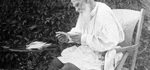 Лев Толстой читает, черно-белое фото