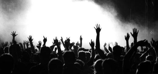 рок-фестиваль, черно-белое фото
