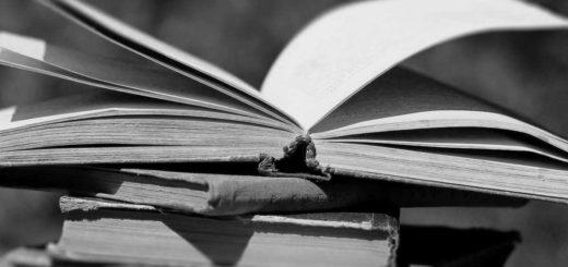 Книги в стопке, открытая книга