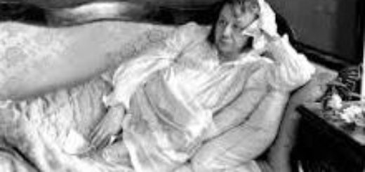 Илья Обломов лежит на диване
