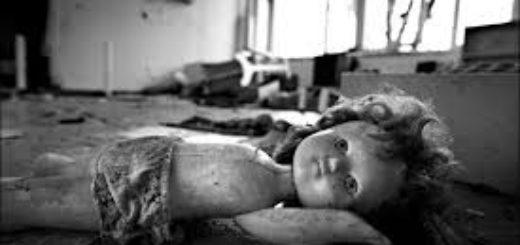 сломанная кукла на полу