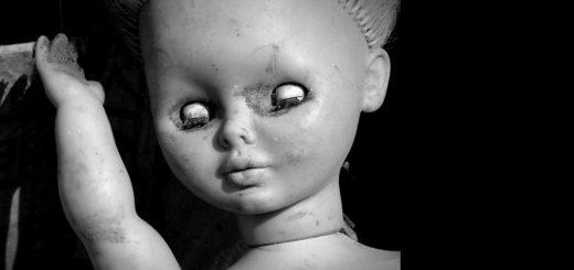 равнодушие, кукла с закрытыми глазами