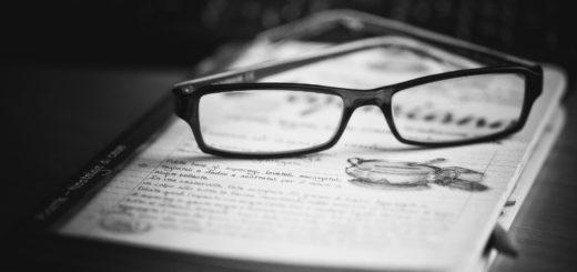 книга и очки на столе