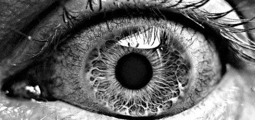 удивленный глаз крупным планом