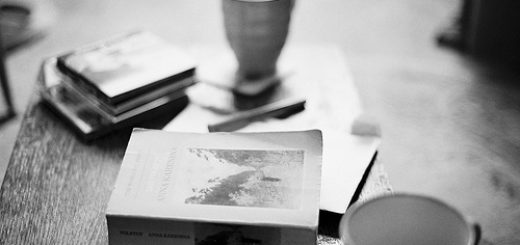 книга на столе и кофе