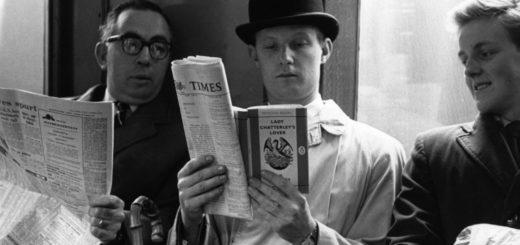 человек читает газеты