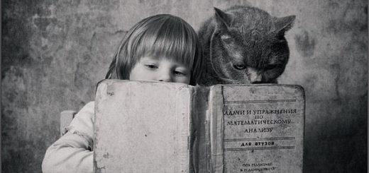 кошка и девочка читают книгу