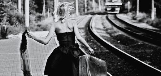 девушка на вокзале бежит на поезд