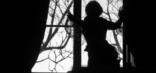 женщина в окне, силуэт женщины