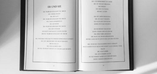 раскрытая английская книга на столе