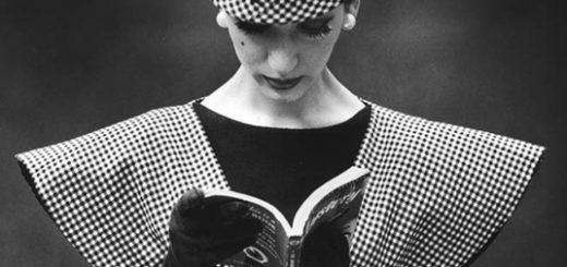 Женщина читает книгу, платье 19 века