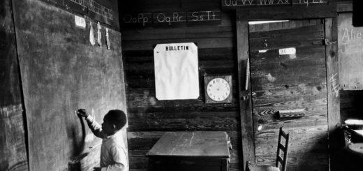 мальчик у доски в классной комнате