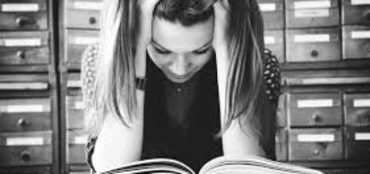 девушка зубрит, учится, работает