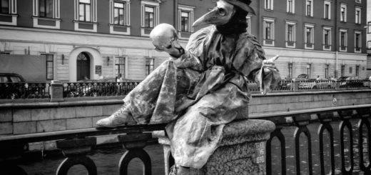 чумной доктор на набережной Петербурга