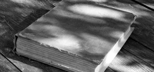 книга на деревянном столе