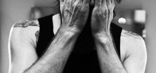 грустный жест, безразличие