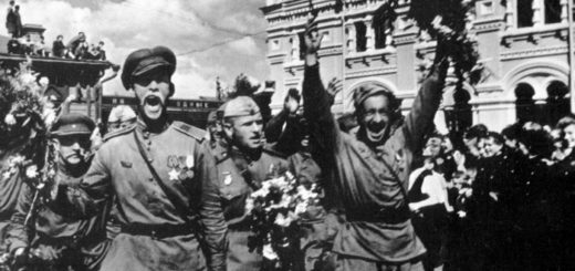 солдаты на первом параде Победы