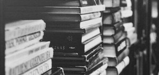 книги в стопках на полке