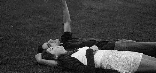 влюбленная пара любуется на звезды