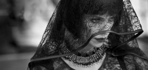 женщина в черной вуали