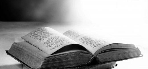 книги на столе