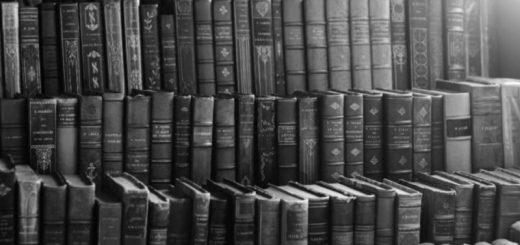 старинные книги на полках
