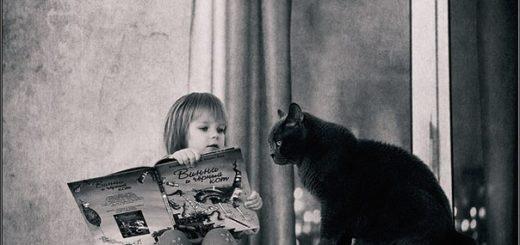 ребенок и кот читают газету