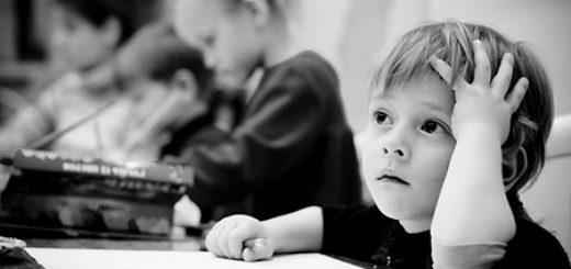 задумчивый ребенок пишет сочинение