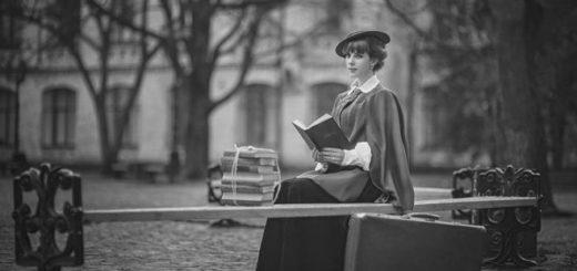 женщина читает книгу