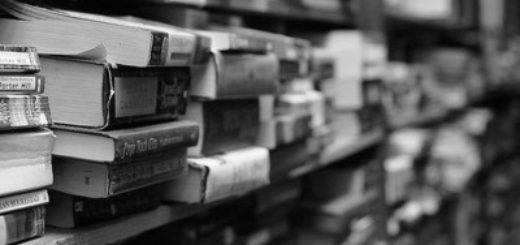 стопки книг на полках, библиотека