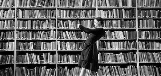 женщина читает книги