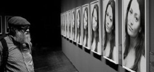 человек в галерее