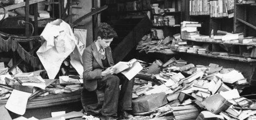 чтение книг. человек читает книгу