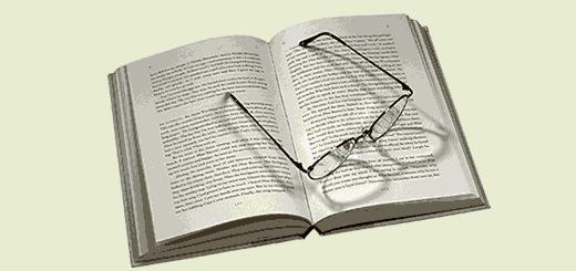 открытая книга на столе и очки
