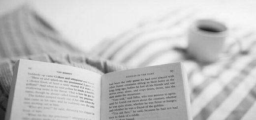 книга на кровати,кофе, уютный вечер